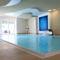 Deckenflächen gehen in Wandflächen über und sind teils auch mit Akustikputz versehen.