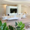 Möbel in konvex, konkaver Form mit integrierten Surround-Anlage, Bar und Küche.