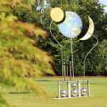 """Das Windpendel """"Sonne, Mond und Erde"""" wurde im Garten integriert."""
