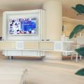 Das TV-Gerät ist elektrisch Richtung Schwimmbecken schwenkbar, so das auch beim Schwimmen das Bild einsehbar ist.